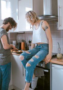 Pärchen kocht zusammen in der eigenen Küche