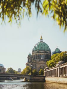 Berliner Dom und Spree im Sommer