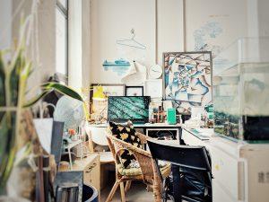 Schön eingerichtetes Wohn- und Arbeitszimmer