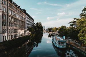 Besucherboot auf der Spree in Berlin