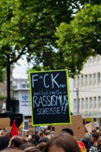 Demo-Plakat: F*ck institutionelle Rassismus-Scheiße