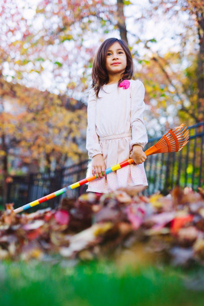Optimismus, Mädchen mit bunten Blättern